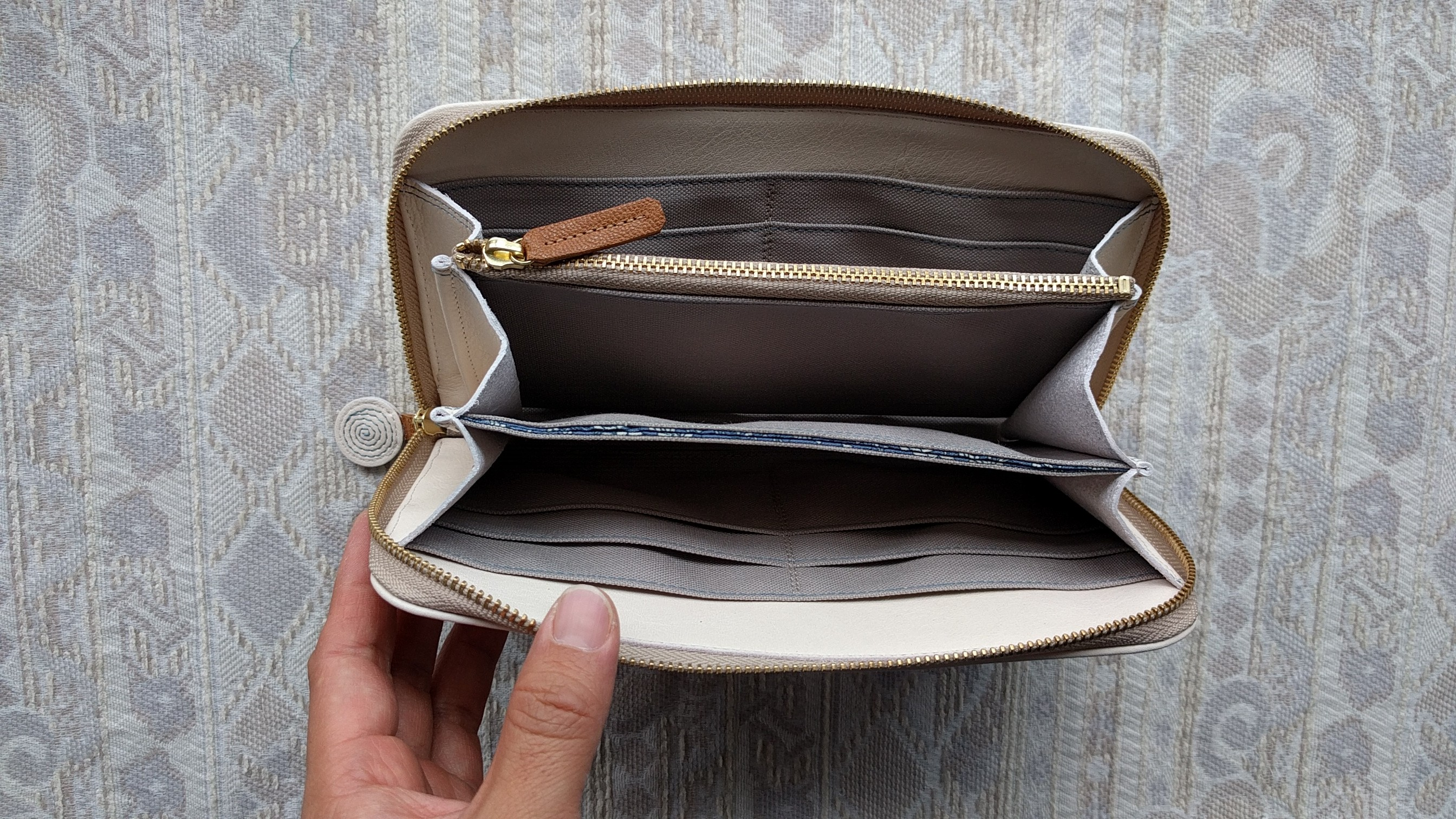 buy popular fdff4 a3faa 刺繍革財布『ぐるぐる』オフホワイト×暗い水色(牛革)ラウンドファスナー