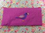 ビーズ刺繍のペンケース☆宝石をくわえた小鳥の画像