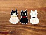 刺繍 ハチワレ・クロ・シロ お座り猫ブローチの画像