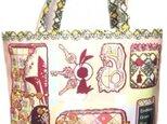 うさぎとかめの小物が入ったバッグをイメージしたデザインのバッグの画像