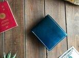 イタリアンレザー使った青色と無地の二つ折り財布の画像