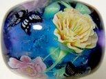 とんぼ玉 ピンクと黄色のつるバラとアゲハチョウの画像