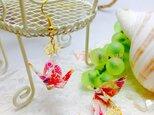 A13 虹色花柄 白折り鶴の和ピアスの画像