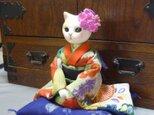 振袖に花簪でおめかしの猫のお嬢さん 座布団付の画像