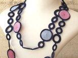 レース編みのラリエット「サークル」ネイビー&ピンクの画像