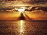 エンジェルラダー  PH-A4-010   写真  天使の梯子 朝日 海 海上 水平線 の画像