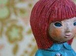 陶人形/すずらんを手に持つおんなの子の画像