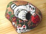 【招き猫石】福来たる3匹の白猫とツバキの花 ストーンペイントまねきねこの画像