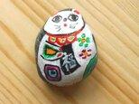 【招き猫石】福来たる右手を上げた小丸白猫 黒石シリーズ小 ストーンペイントまねきねこの画像