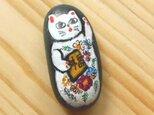 【招き猫石】福来たる左手上げ花柄の白猫 黒石シリーズ小 ストーンペイントまねきねこの画像