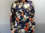 長袖和柄シャツ(唐草流水に鯉と雪輪に桜)濃紺の画像