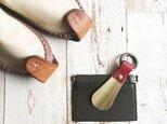 革と真鍮の靴べらキーホルダー 栃木レザーの赤の画像