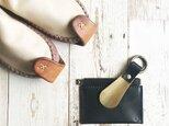 革と真鍮の靴べらキーホルダー 栃木レザーのくろの画像