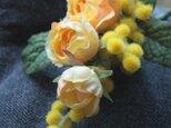 春の新作☆幸せの黄色いコサージュS ~ミモザとつるバラにミントの葉を添えて~の画像