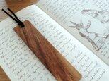 キャラメルブラウンのネムノキの木製しおりの画像