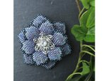 青いビーズで編んだ花のブローチの画像