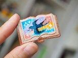 絵本みたいな陶土のブローチ《ツバメが飛んだ》の画像