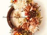 シャビーなオレンジベージュの薔薇とマムの秋色リースの画像