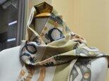 イタリ―製生地 ベージュ幾何学の スカーフ 特別価格 送料無料の画像