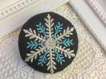 刺繍ブローチ ラメ 雪の結晶 丸40ミリ の画像