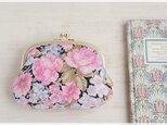 ■ヴィンテージ生地のがま口ポーチ (石目模様の口金)/ 黒にピンクとライトパープルの花 ■の画像