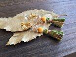 オリーブカラーの秋色イヤリング(ピアス変更可)の画像