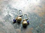 タイの鈴と瑠璃色アンティークビーズの2粒ピアスの画像