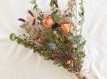 バラとユーカリと小花のブーケ・スワッグの画像