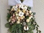 エバーグリーンと白い実のクリスマススワッグの画像