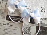 ★りぼん★ 白いバラとチュールの水色水玉のダブルリボンのヘアゴムの画像