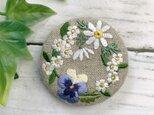 マーガレット・ビオラ・白い小花のリース 刺繍ブローチ   丸50ミリの画像