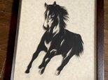 額装済み切り絵・馬、駆けるの画像