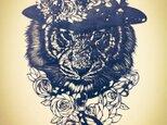 額装済み切り絵・花帽子の虎の画像
