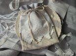 糸の彫刻刺繍エプロン巾着(リリーホワイト)の画像