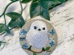 青いお花とシマエナガ 刺繍のブローチ 丸 リネン 50ミリの画像
