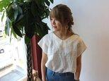 【リネンの服】ベルギーリネンで魅せる、Vネックフレンチスリーブデザインプルオーバーブラウス(ホワイト)の画像