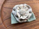 リネンの布花のコサージュの画像