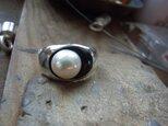 真珠とジェットリングの画像