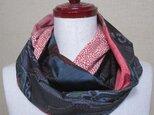 着物リメイク 黒い幾何学模様の泥大島紬×赤い江戸小紋のスヌードの画像