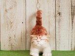 伸びをしている猫(茶トラ)羊毛フェルトの画像