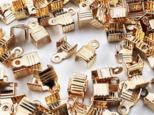送料無料 紐止め金具 カシメ ゴールド KC金 100個 幅7mm エンドパーツ 留め金具 アクセサリー(AP0845)の画像