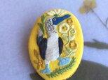 《絶滅危惧種シリーズ》手刺繍ブローチ-*アオアシカツオドリのラブダンス*-オーバル形の画像