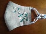 【再販】手刺繍☆シュッと小顔☆リネンと接触冷感生地の立体マスク(白い花)の画像