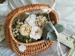 白い花々の たっぷりbasket(プリザーブドフラワー ドライフラワー アレンジ)の画像