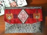 雪の結晶とキムンカムイの御朱印帳袋(ベージュ系×赤)の画像