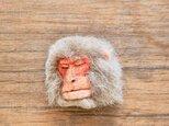 ニホンザルの渋い顔ブローチの画像