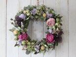 芍薬と紫の花のリースの画像
