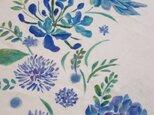 碧かさなる青の花 Tシャツ 手描きの画像