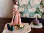 【sakura様専用】ミニバラの花かんむりの女の子と、クルミの芽の画像