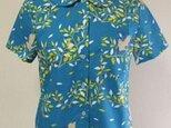 丸衿半袖ブラウス M~Lサイズ 鮮やかなブルー地×鳥&木柄の画像